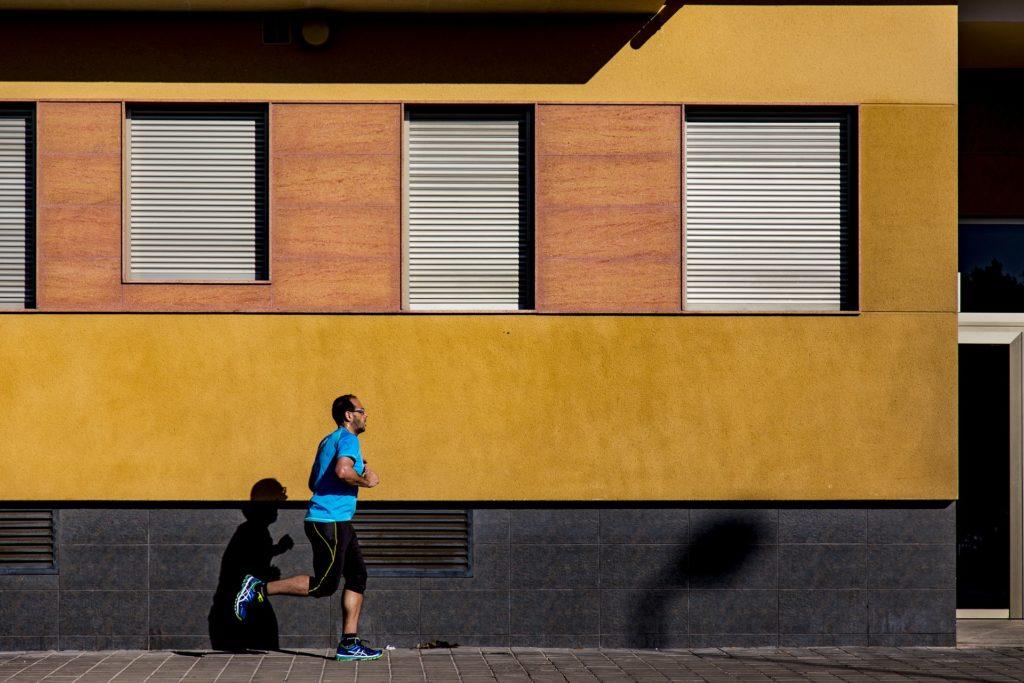 mężczyzna trenujący slow jogging