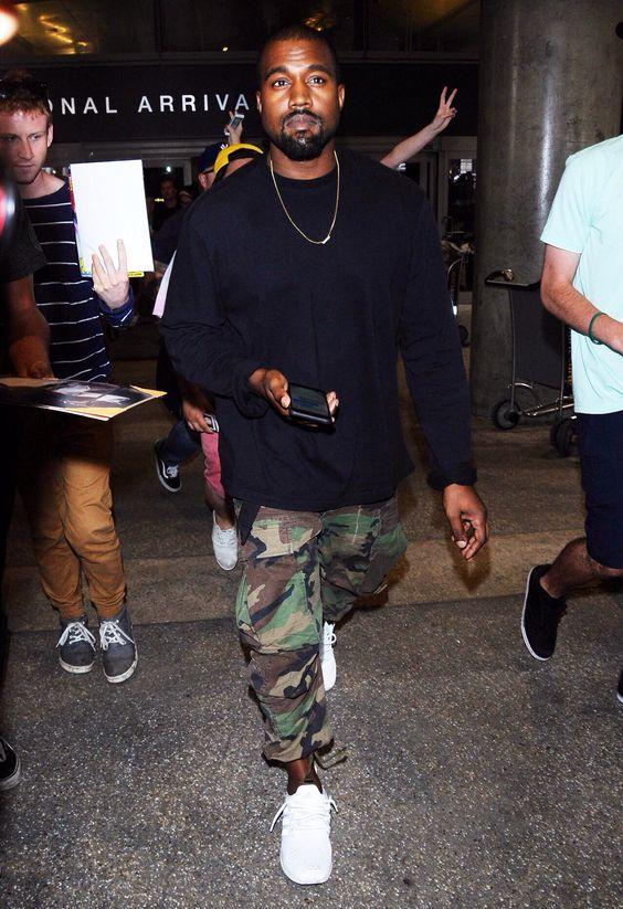 Projektant mody Kanye West w biłych Sneakerach
