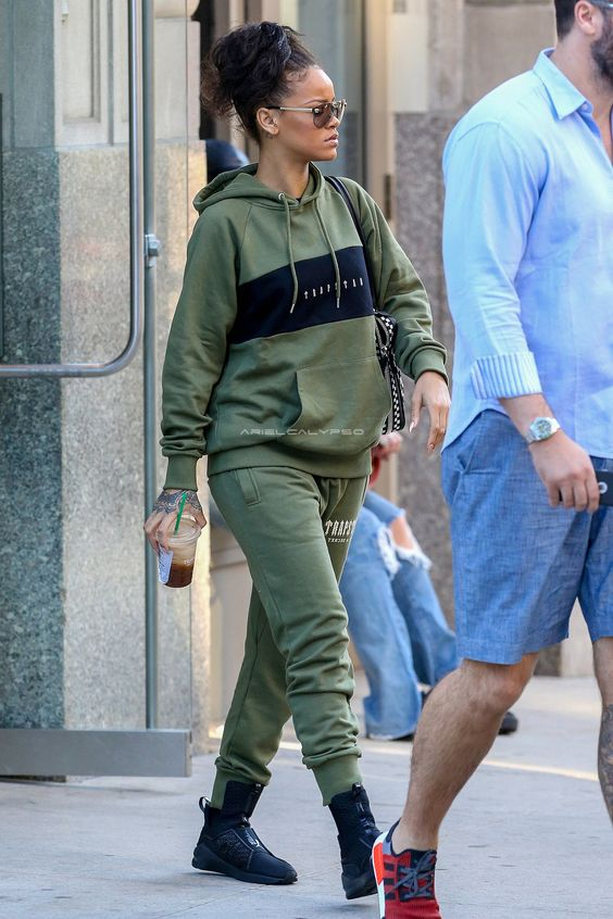 Rihanna w sportowym stroju i czarnych sneakerach